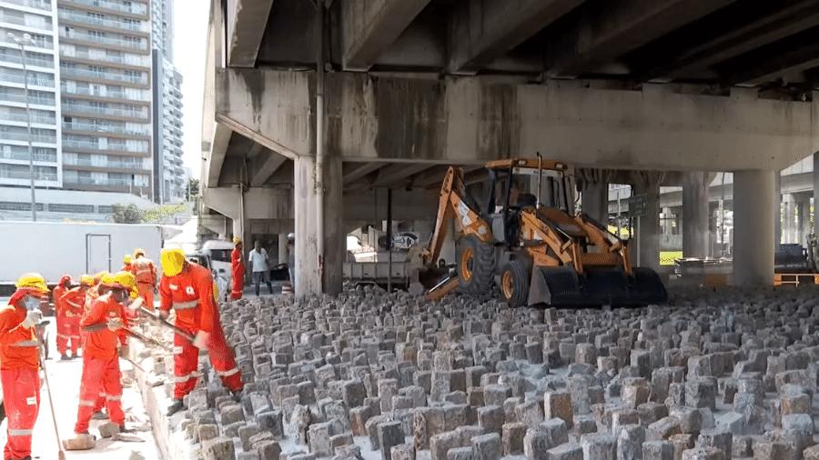 Prefeitura de São Paulo iniciou a remoção de pedras instalas embaixo do viaduto Dom Luciano Mendes de Almeida, no Tatuapé - Reprodução/TV Globo