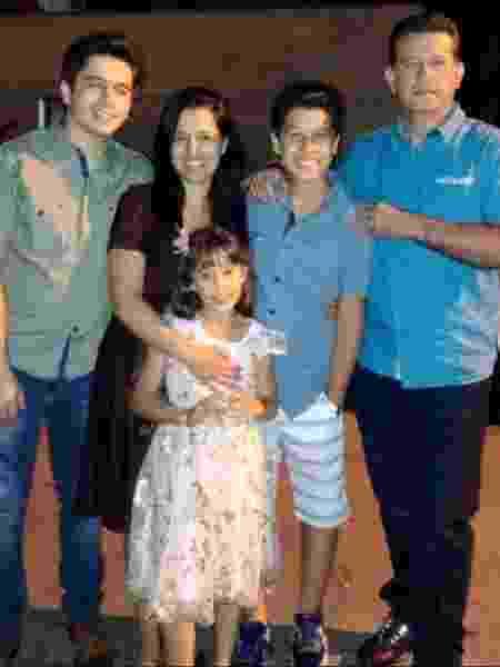 Sargento da PM de SP Cléber Alves da Silva ao lado da mulher e de seus três filhos - Arquivo pessoal - Arquivo pessoal