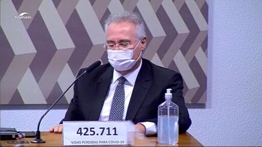Senador Renan Calheiros (MDB-AL) trocou seu nome pelo número de mortos por covid na bancada da CPI - Reprodução/TV Senado