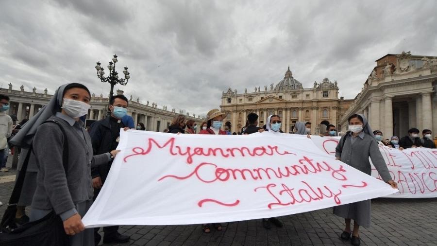 16.mai.2021 - Membros da comunidade italiana seguram uma faixa com referência a Mianmar durante fala do papa no Vaticano - Tiziana Fabi/AFP