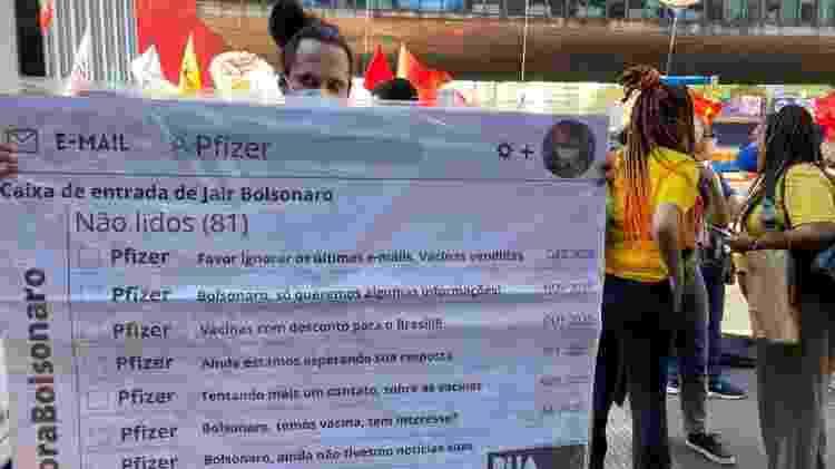 """Manifestante segura cartaz com """"e-mails da Pfizer"""" em protesto contra o governo Bolsonaro em São Paulo - Herculano Barreto Filho/UOL - Herculano Barreto Filho/UOL"""