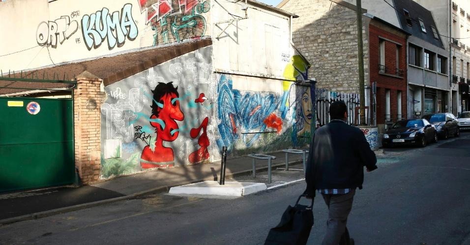 15.nov.2015 - Homem caminha pelo local onde foi encontrado um dos carro utilizados pelos terroristas antes dos ataques em Paris na última sexta-feira (13). O veículo estava em Montreuil, no subúrbio leste da capital francesa