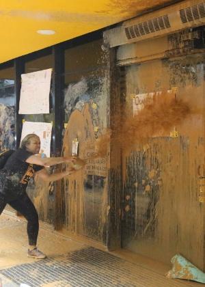 Em novembro, ativistas jogaram lama nas portas da sede da Vale, sócia da Samarco, no Rio de Janeiro, durante protesto