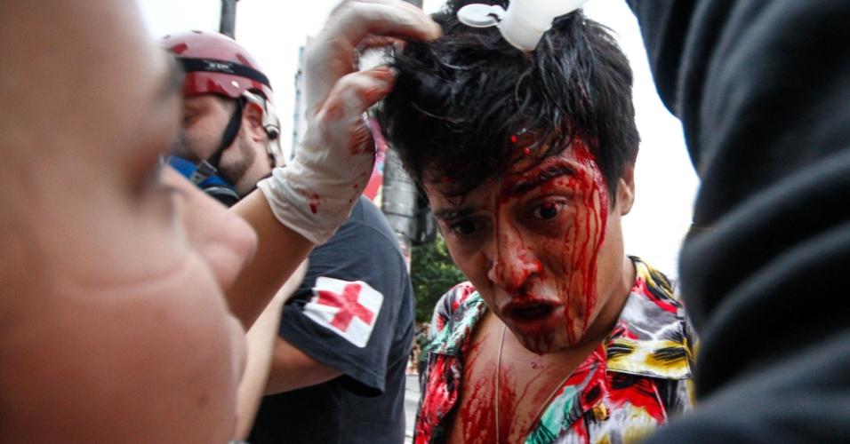 12.jan.2016 - Um manifestante ficou ensanguentado após a polícia passar a atirar bombas contra o protesto do Movimento Passe Livre, na avenida Paulista. O metroviário Eber Veloso Carlos, 28, diz ter sido atingido por um golpe de cassetete de um policial militar