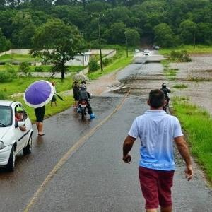 Estrada interrompida por transbordamento de lago no Paraná