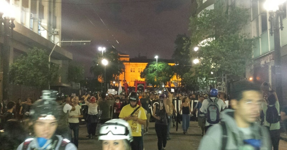 21.jan.2016 - Manifestantes fazem passeata pelas ruas do centro de São Paulo no quinto ato convocado pelo MPL (Movimento Passe Livre) contra o aumento das passagens de ônibus e metrô da capital paulista