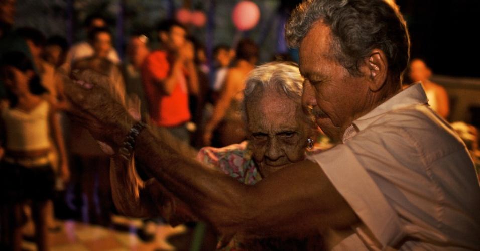 Ainda leva jeito. Uma mulher de 100 anos dança na própria festa de aniversário. Nos EUA, o número de centenários aumentou 40% desde 2000, e eles vivem mais do que nunca