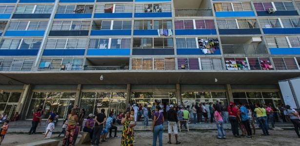 Moradores do complexo habitacional Omar Torrijo, em Caracas, formam fila para comprar comida subsidiada pelo governo federal