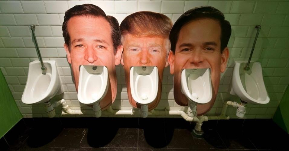1°.mar.2016 - Um bar em Londres, na Inglaterra, satiriza os candidatos à presidência dos Estados Unidos e coloca a cara de Ted Cruz, Donald Trump e Marco Rubio nos mictórios. A ideia é que a mudança seja usada como uma pesquisa informal, onde o cliente pode registrar de qual republicano gosta menos ao ir ao banheiro