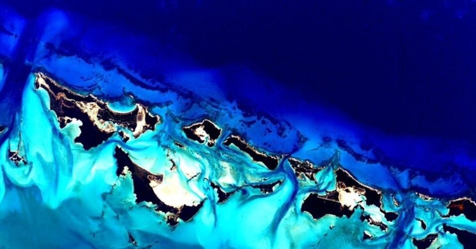 2.mar.2016 - Durante seu tempo na estação ele pôde fotografar várias locações geográficas como esta, sobre as Bahamas