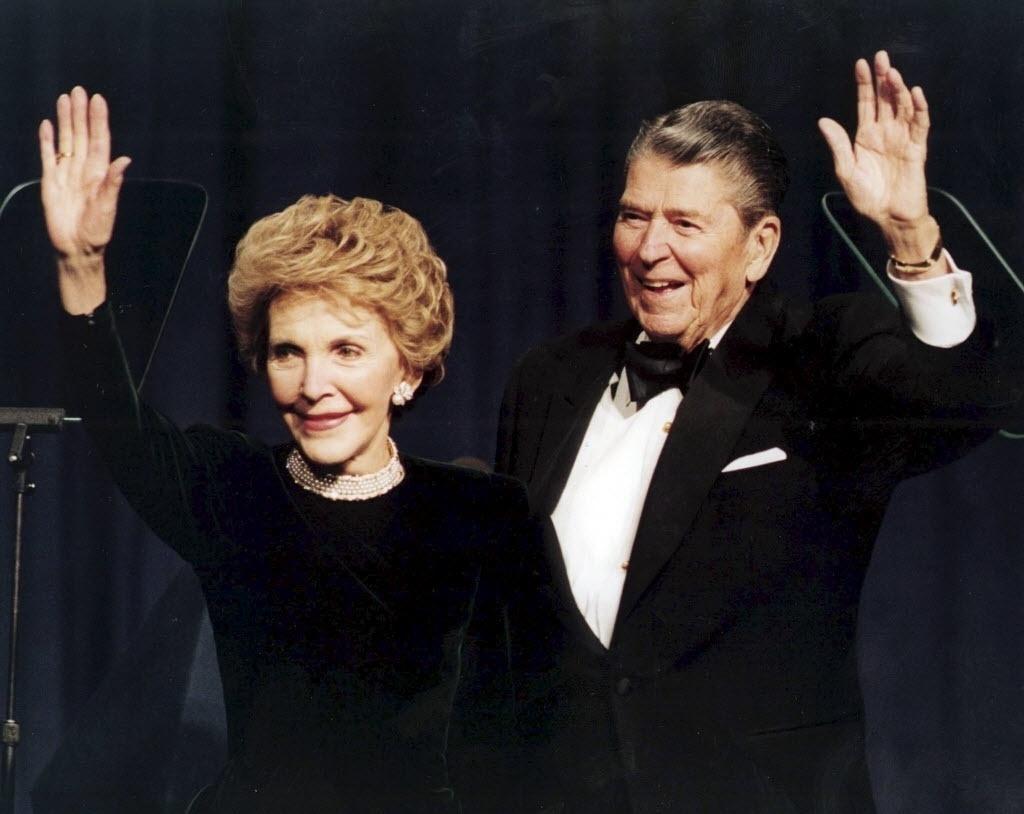 """6.mar.2016 - A atriz Nancy Reagan, ex-primeira-dama dos Estados Unidos, morreu aos 94 anos, por um problema no coração. Foi criadora da campanha antidrogas """"Just Say No"""", que alertava crianças e jovens americanos sobre os efeitos negativos do uso de drogas. Nancy também consternou o mundo ao cuidar do marido, Ronald Reagan, que sofria de Alzheimer, até sua morte, em 2004"""