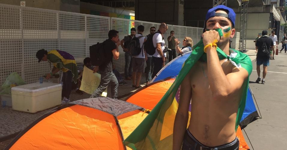 Chamado de Resistência Paulista, grupo que acampa na avenida Paulista promete ficar lá até a saída da presidente Dilma do poder