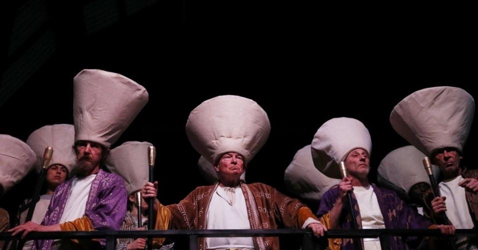 """25.mar.2016 - Atores ingleses do grupo Streetwise Opera representam líderes da Igreja Católica durante encenação do espetáculo """"The Passion"""", realizado em celebração da Semana Santa em Manchester, na Inglaterra"""