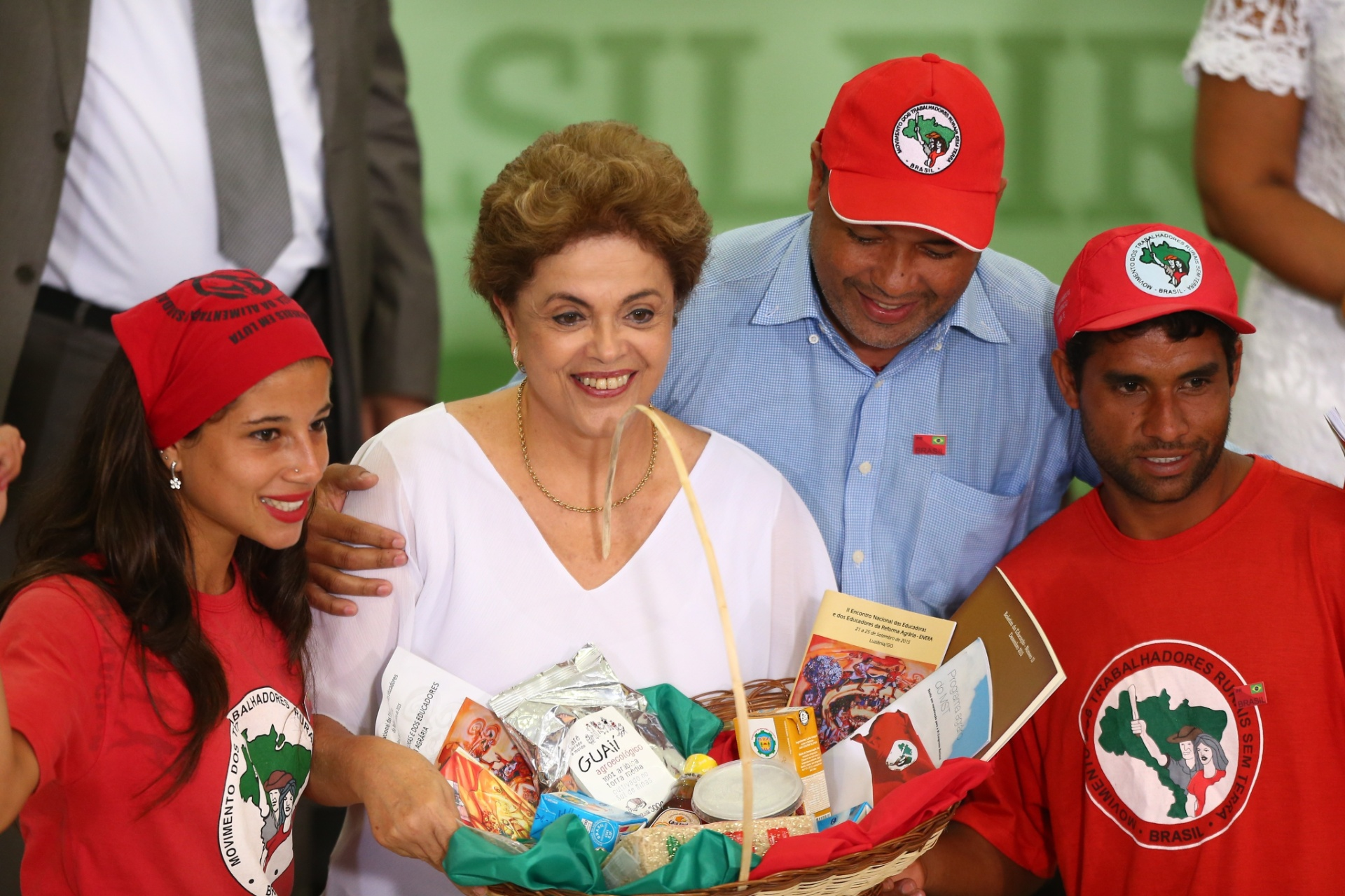 1º.abr.2016 - A presidente Dilma Rousseff recebe presente de integrantes do MST durante cerimônia de assinatura de atos para a reforma agrária e comunidades quilombolas, no Palácio do Planalto, em Brasília