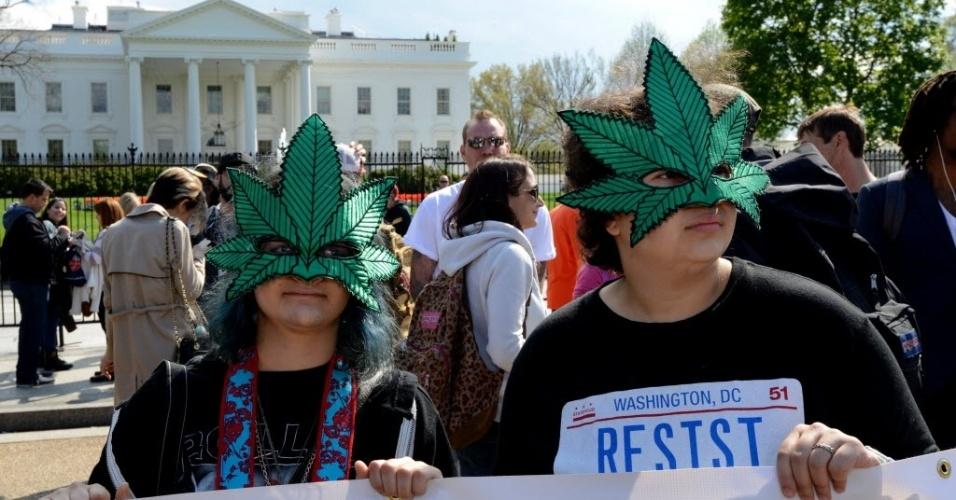 2.abr.2016 - No protesto realizado no coração da política norte-americana, manifestantes inovaram e fizeram até máscara no formato da planta que dá origem à droga