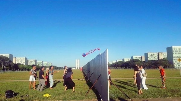 15.abr.2016 - Estrutura de aço que divide o gramado da Esplanada dos Ministérios, em Brasília, virou rede de vôlei durante jogo improvisado por manifestantes. O muro foi feito para dividir as manifestações contra e a favor do governo durante a votação do processo de impeachment na Câmara dos Deputados no próximo domingo