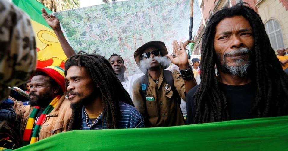 7.mai.2016 - Manifestante fuma maconha em marcha pela legalização da droga em Cidade do Cabo, na África do Sul