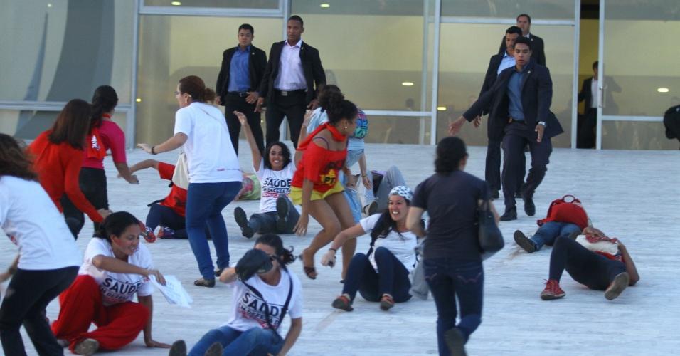 12.mai.2016 - Cerca de 10 manifestantes tentaram invadir o Palácio do Planalto. em Brasília, durante o primeiro discurso do presidente interino Michel Temer (PMDB). O grupo chegou a se deitar na rampa de acesso e foi contido por seguranças do local. A polícia reprimiu o ato com gás de pimenta e tirou os manifestantes da frente do Planalto