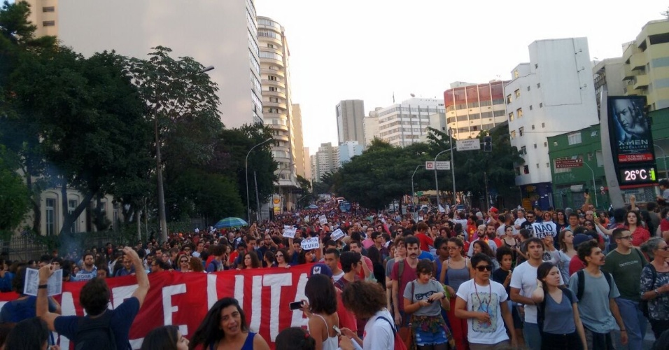 15.mai.2016 - Manifestantes contra o governo do presidente interino Michel Temer se aproximam da Praça Roosevelt, no centro de São Paulo.
