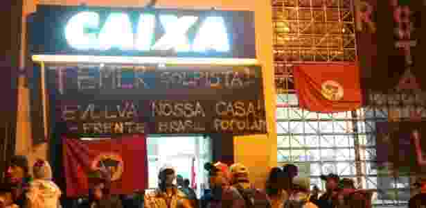 Grupo da Frente Brasil Popular invadiu agência da Caixa Econômica Federal de Bauru contra os cortes do programa Minha Casa Minha Vida - Wagner Carvalho/UOL