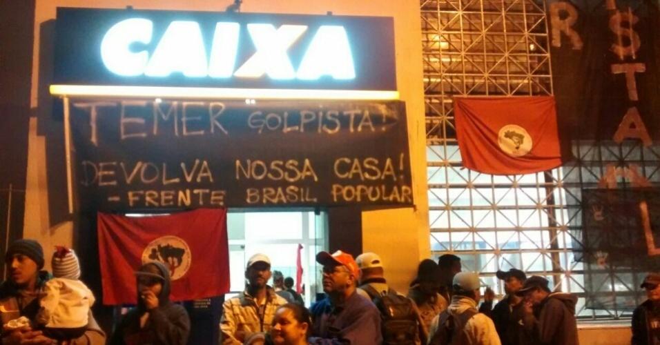 Grupo da Frente Brasil Popular invadiu agência da Caixa Econômica Federal de Bauru contra os cortes do programa Minha Casa Minha Vida