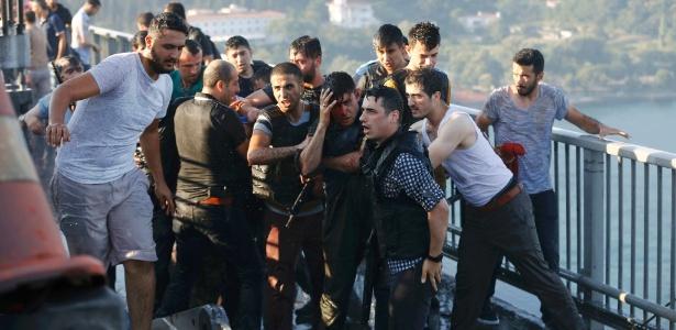 Policiais turcos formam um cordão para proteger soldado ferido; militar fez parte do grupo que tentou promover um golpe de Estado no país