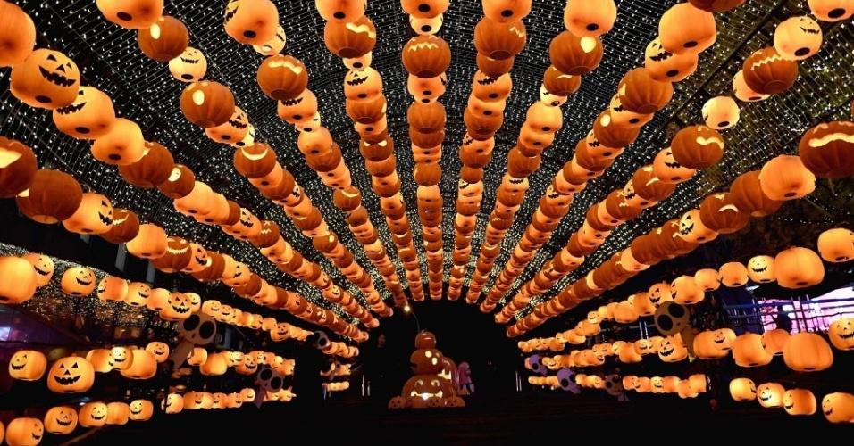 26.out.2016 - Shopping é decorado com lanternas de abóboras para o Dia das Bruxas, em Shenyang, na China