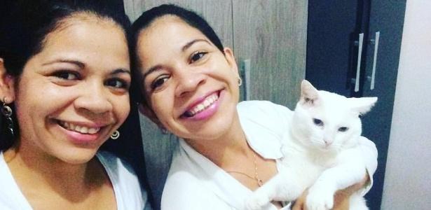 Gêmeas Elizeth e Elizabeth Silva com seu gato, Bebel - Reprodução