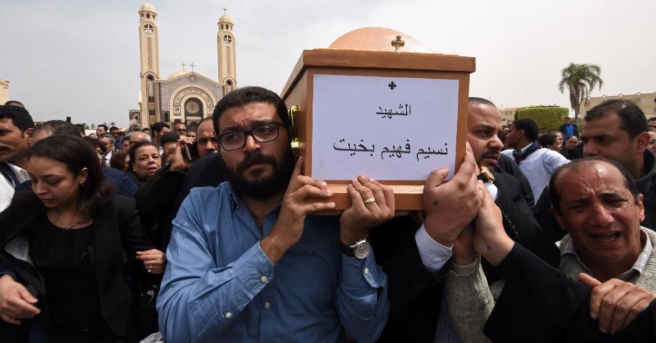 10.abr.2017 - Egípcios carregam caixão com corpo de vítima de atentado que ocorreu na igreja copta de São Marcos, em Alexandria, em funeral organizado no monastério de Marmina, na cidade de Borg El-Arab.