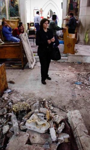 10.abr.2017 - Mulher egípcia em meio à destruição dentro da Igreja Ortodoxa Copta de Mar Girgis, na cidade de Tanta, onde um atentado matou fiéis que estavam reunidos em uma missa