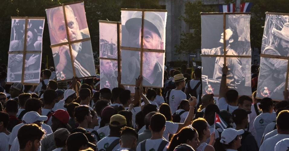 Cubanos participam de evento de 1º de Maio na Praça da Revolução, em Havana