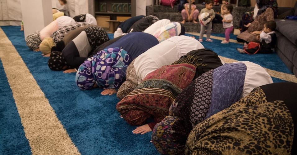 7.jun.2017 - Mulheres rezam a oração da quebra do jejum na Mesquita Brasil, em São Paulo, durante o Ramadã. As mulheres ficam no fundo da mesquita, separadas dos homens