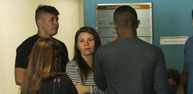 31.jul.2017 - Claudineia dos Santos Melo, mãe do bebê Arthur, chega ao IML para liberação do corpo do filho, no Rio, na manhã desta segunda-feira