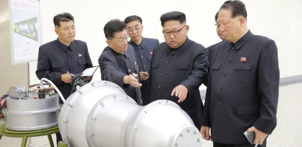Kim Jong Un (4º da esq. p/ dir.) inspeciona programa nuclear, em foto divulgada pela agência oficial