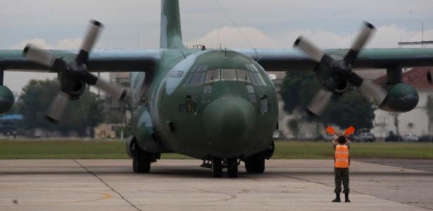 Avião Hercules C-130 da Força Aérea pousa em base aérea