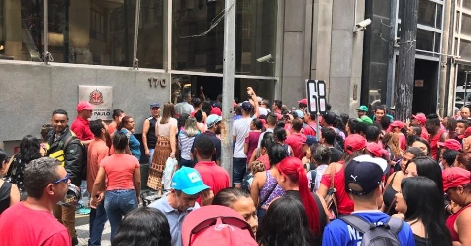 6.dez.2017 - O MTST estima que 6 mil pessoas estejam participando do ato desta quarta-feira. Cerca de 100 delas teriam entrado no prédio da Secretaria