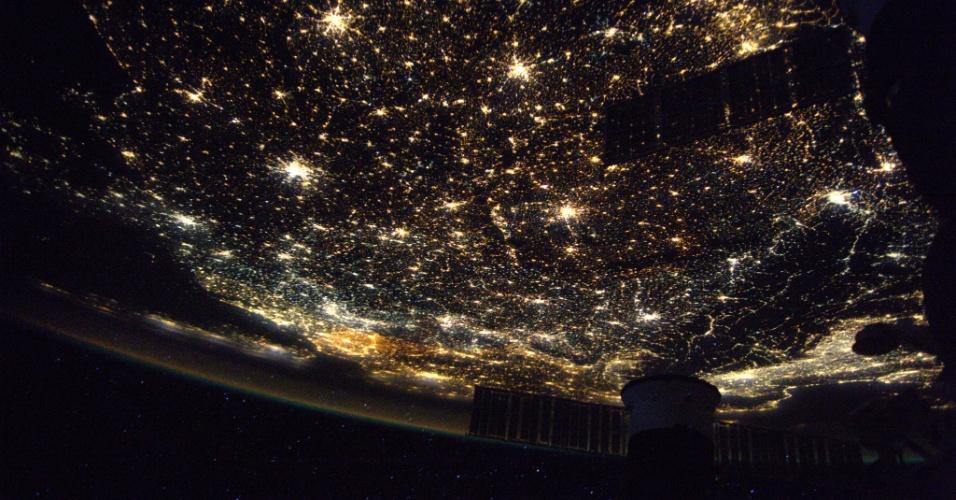 """28.abr.2017 - O astronauta Thomas Pesquet fotografou o continente europeu à noite à bordo da ISS (Estação Espacial Internacional). Ele chamou a iluminaç~´ao das cidades de """"carpete de luzes"""" ao postar a imagem nas redes sociais"""