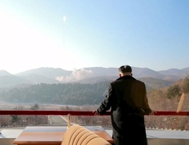 O líder norte-coreano, Kim Jong-un, observa o lançamento de um míssil