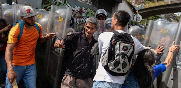 Manifestantes entram em confronto com a polícia em Caracas, na Venezuela, em protesto por falta de comida na cidade (29.dez.2017)