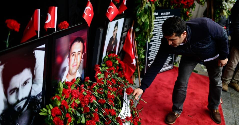 Turcos lembram um ano do ataque terrorista à boate Reina, em Istambul, na Turquia, que deixou 39 mortos na véspera de Ano-Novo