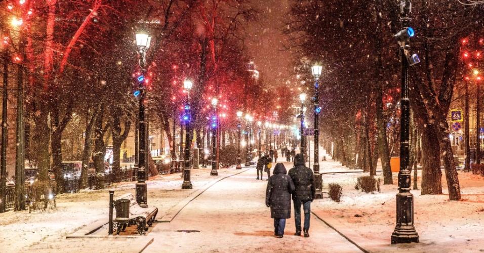 8.jan.2018 - Pessoas caminham durante nevasca em Moscou