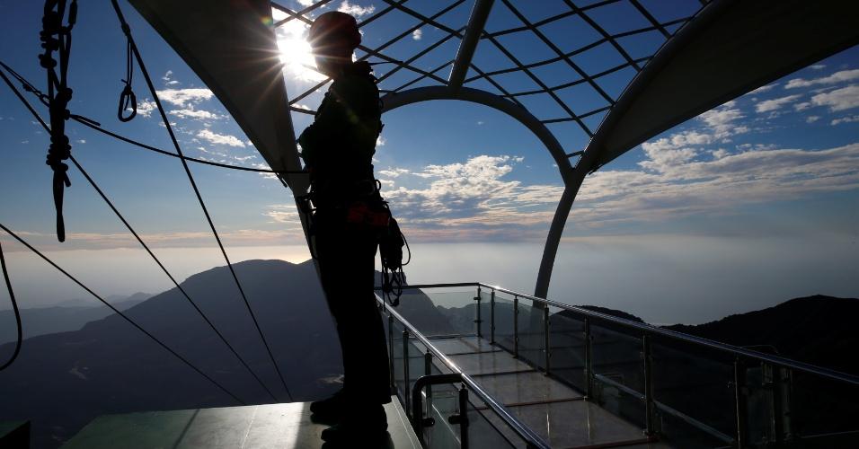 31.jan.2018 - Funcionário observa pessoas na maior tirolesa do mundo, construída na montanha Jabal Jais, nos Emirados Árabes Unidos