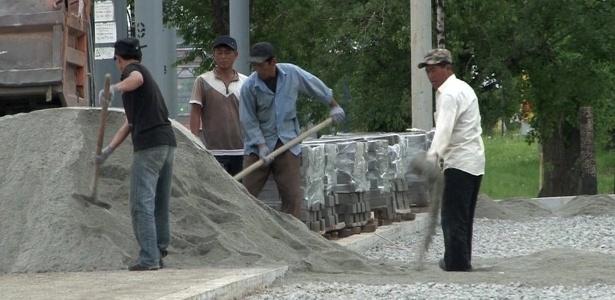Estima-se que 150 mil trabalhadores norte-coreanos mandem o equivalente a US$ 1 bilhão todos os anos para financiar o governo de Kim Jong-un