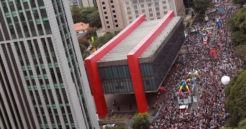 3.jun.2018 - O público da 22ª Parada LGBT em São Paulo toma conta da Avenida Paulista. Concentração começou às 10h e seguirá para o Vale do Anhangabaú
