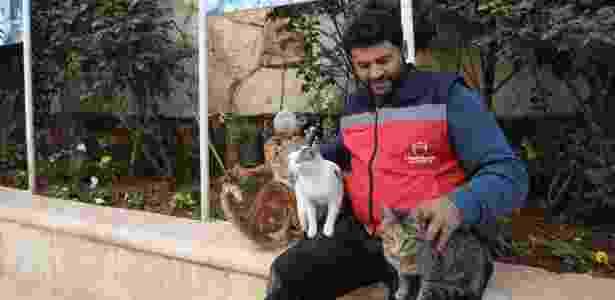 Mohammed Alaa al-Jaleel cuida de gatos no Santuário dos Gatos Ernesto em Kfar Naha, perto de Aleppo, na Síria - Omar Haj Kadour/AFP