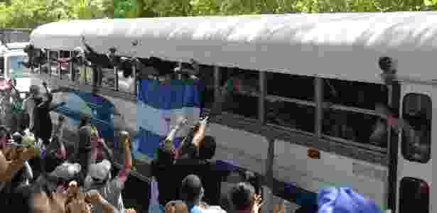 Após negociações, estudantes deixam igreja e têm reencontro emocionante com familiares - Marvin Recinos/AFP