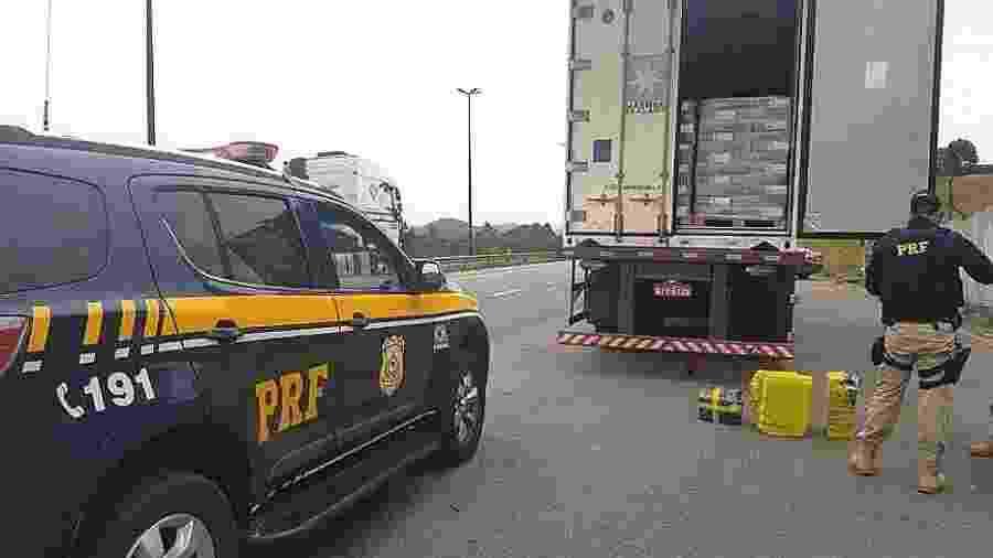 Os agentes rodoviários solicitaram a Carteira Nacional de Habilitação do passageiro e o seu distintivo - Divulgação/Polícia Rodoviária Federal