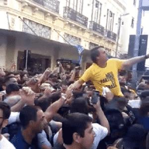 6.set.2018 - Imagem mostra homem encostando um objeto no candidato a presidente Jair Bolsonaro (PSL-RJ) - Reprodução