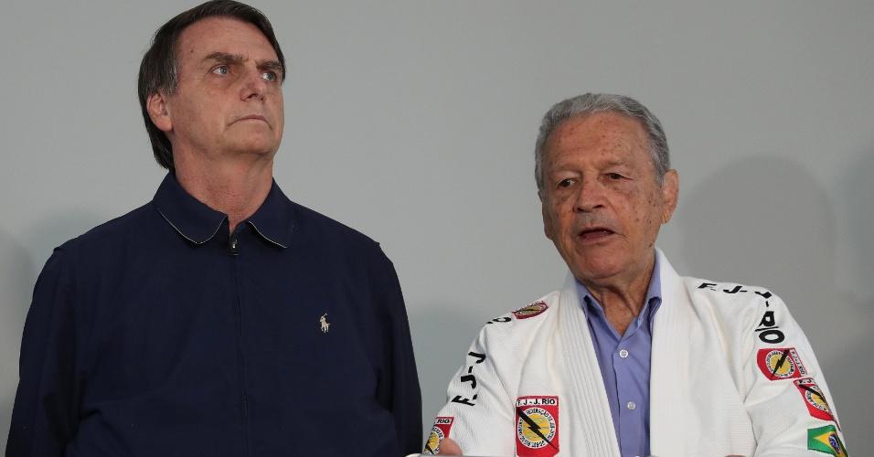 25.out.2018 -  o presidenciável Jair Bolsonaro (PSL) ganhou a faixa preta de jíu-jitsu em cerimônia simbólica nesta quinta-feira (25), ao lado do lutador Robson Carlos Gracie