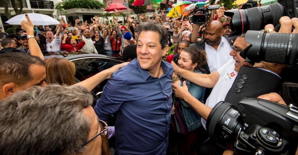 28.out.2018 - O candidato à Presidência da República Fernando Haddad chega ao colégio onde vota, em Moema